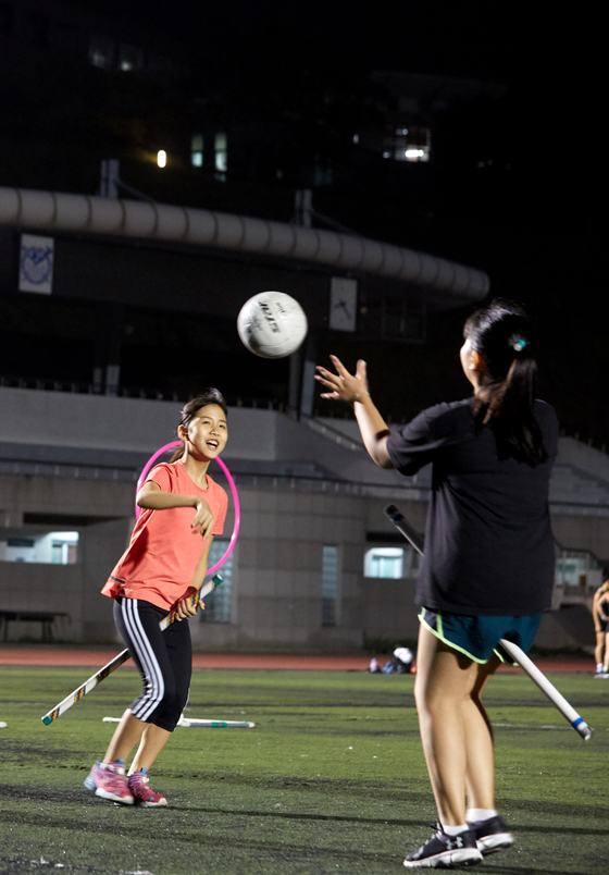 이지윤(왼쪽)·손채은 학생기자가 실전 연습을 하고 있다.