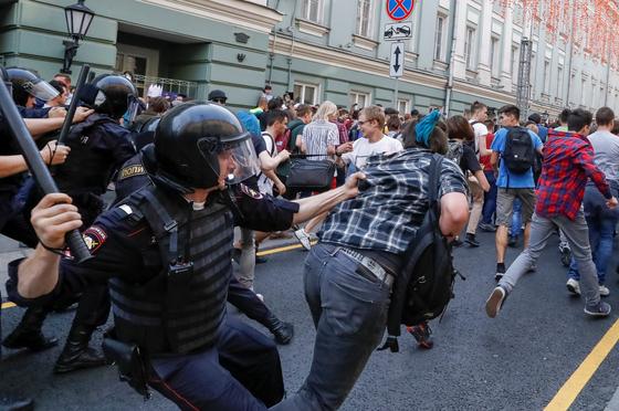 9일 모스크바에서 러시아 경찰이 시위대를 체포하고 있다. [로이터=연합뉴스]