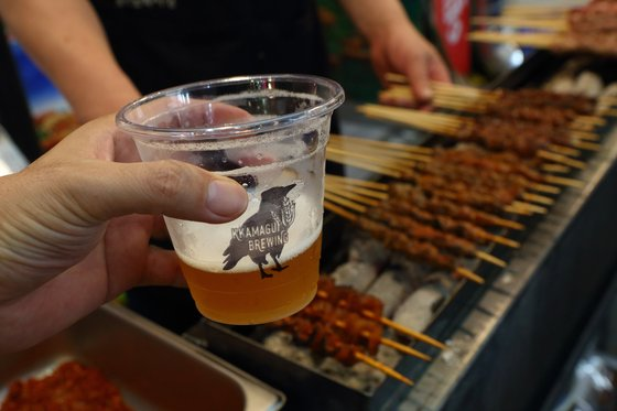 오산 오색시장에서 맛볼 수 있는 수제 맥주와 양꼬치. [사진 경기관광공사]