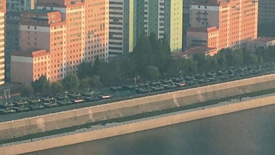 북한에서 열병식이 열렸던 9일 대동강 변에 줄지어 늘어선 군 장비. [사진 Kyodo News=AP=연합뉴스]