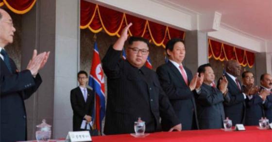 북한은 9일 조선민주주의인민공화국 창건 70주년을 맞아 경축 열병식및 평양시군중시위가 성대히 거행했다며 노동신문이 사진과 함께 10일 보도했다. 김정은 국무위원장이 주석단에서 열병식을 바라보며 손들어 보이고 있다. [사진 노동신문]