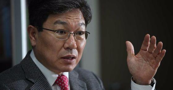 윤상직 자유한국당 의원이 지난해 국회 의원회관 사무실에서 중앙일보와 인터뷰를 하고 있다. 오종택 기자