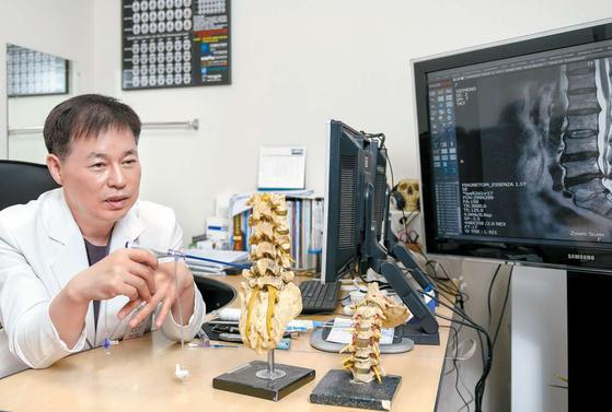 PMC 박병원 박진규 원장이 척추관절 질환의 경중에 따라 효과적으로 적용할 수 있는 다양한 시술·수술 방법을 설명하고 있다. 프리랜서 김동하