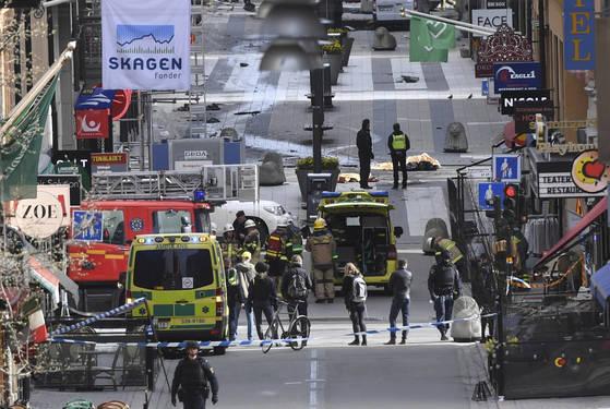 스톡홀름 번화가에서 망명을 신청했다 거부당한 남성이 트럭으로 행인을 공격하는 테러를 저질렀다. [AP=연합뉴스]