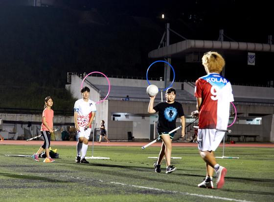 학생기자들이 펍스킨스 팀원들에게 공을 다루는 법 등을 배웠다.