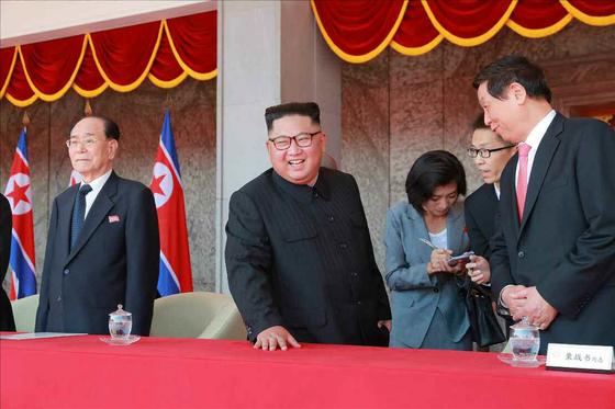 지난 10일 정권수립일 열병식에 참석한 김정은 북한 국무위원장. 오른쪽은 리잔수(栗戰書) 중국 전국인민대표회의 상무위원장이다. [연합뉴스]