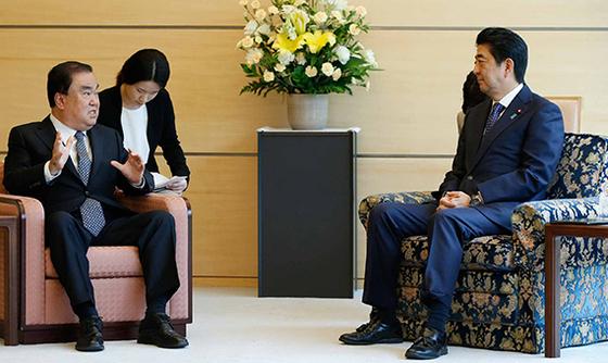 문희상 의원이 지난해 아베 총리를 예방했을 때는 의자 모양과 높이가 달랐다. [로이터=연합뉴스]