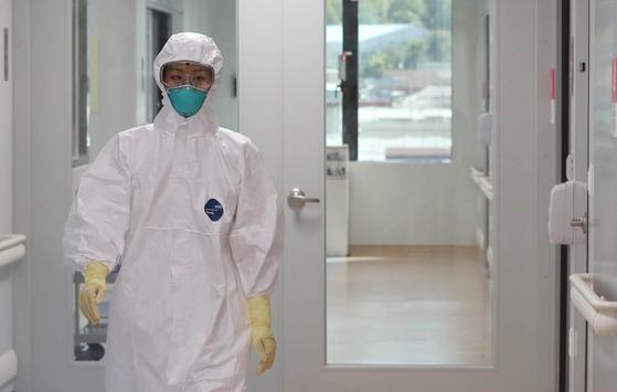 3년 만에 국내에서 중동호흡기증후군(MERS·메르스) 확진 환자가 발생하면서 병원들이 감염 확산에 대한 관리 강화에 돌입한 가운데 10일 오후 대전 충남대병원 관계자가 격리병실을 점검하고 있다. 2018.9.10/뉴스1
