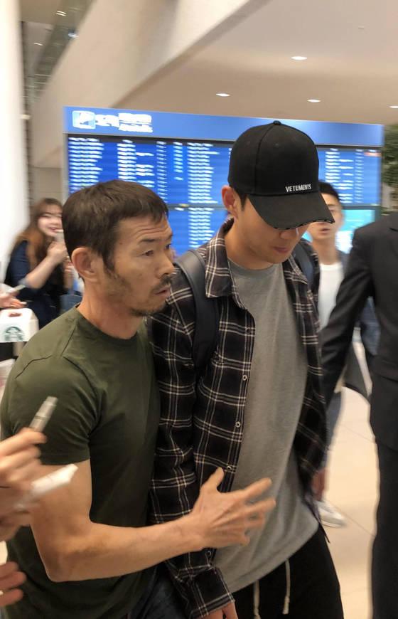 손흥민이 지난 5월 14일 시즌을 마치고 인천공항을 통해 귀국해 아버지 손웅정 씨와 함께 공항을 빠져나가고 있다. [연합뉴스]