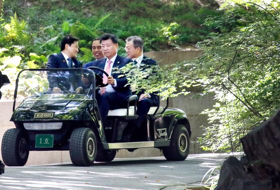 첫 궁궐 영접, 동대문 쇼핑 … 조코위에 공들인 문 대통령