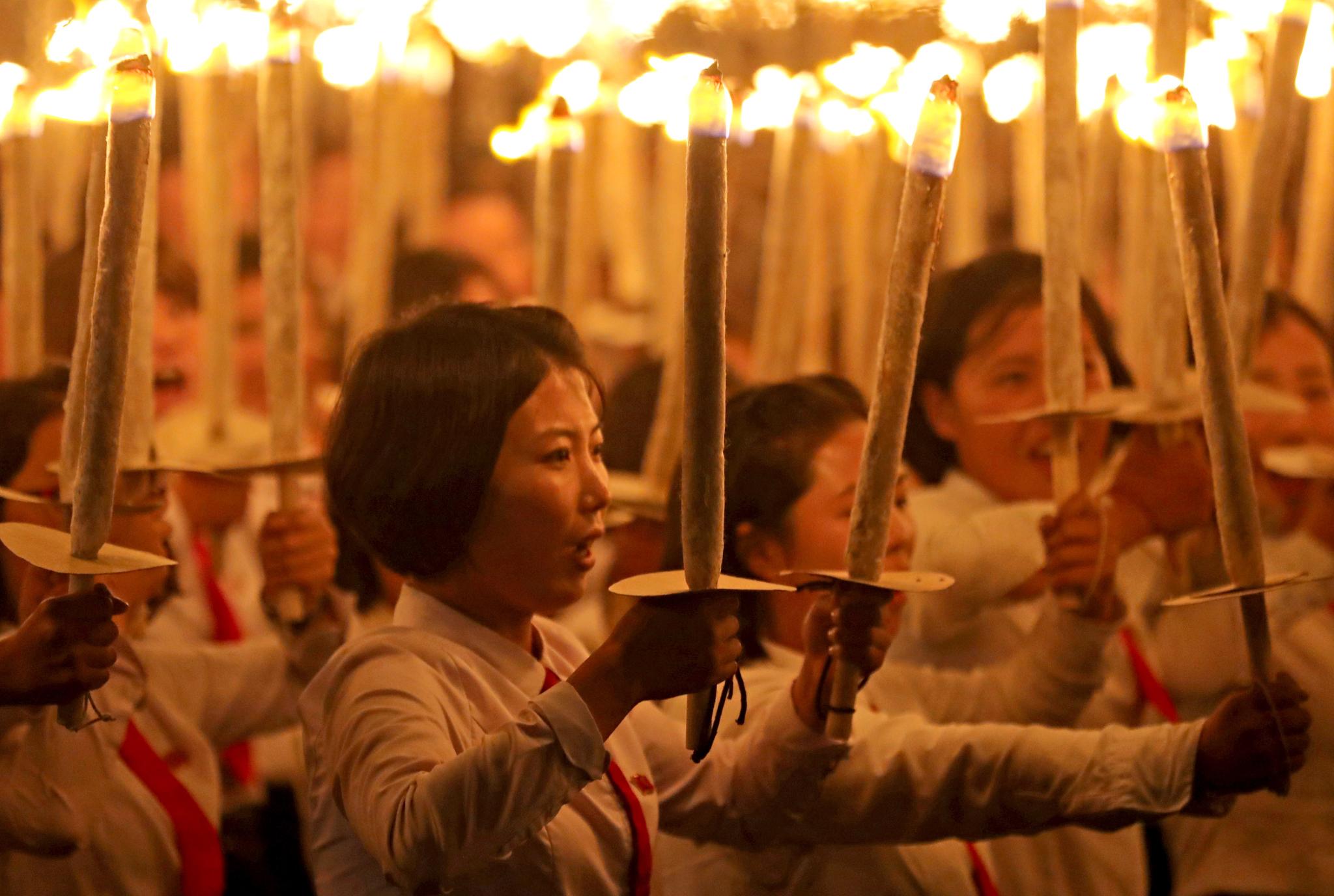 여학생들이 횃불을 들고 김일성광장을 행진하고 있다. [타스=연합뉴스]