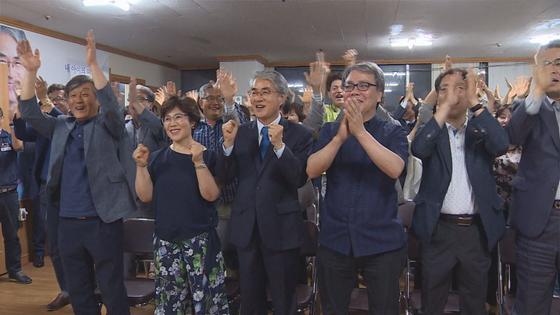 지난 6월 13일 방송사 출구조사 결과 박종훈 경남교육감이 당선유력으로 나오자 환호하고 있다. 위성욱 기자