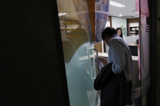 11일 오전 검찰이 압수수색을 진행한 서울 서초구의 유해용 전 대법원 수석재판연구관 사무실로 한 관계자가 들어가고 있다. [연합뉴스]