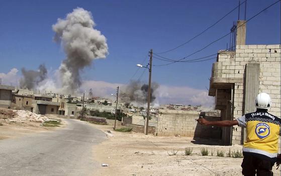 9일(현지시간) 러시아와 시리아 정부군이 반군의 마지막 거점인 이들립 탈환을 위한 무차별 공습을 감행하고 있다. [AP=연합뉴스]