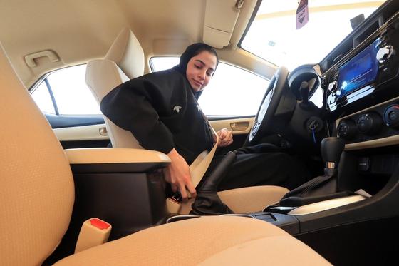 운전이 허용된 사우디에서 한 여성이 안전벨트를 착용하고 있다. [AP=연합뉴스]