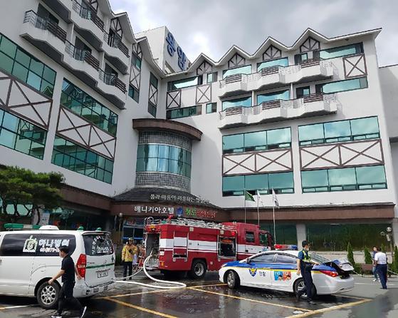 11일 오전 9시53분쯤 경북 청도군 화양읍 청도용암온천에서 화재가 발생 했다. 이 불로 온천에 있던 손님 26여 명이 연기를 흡입해 인근 병원으로 이송, 다행히 사망자는 없는 것으로 알려졌다. [사진 청도군 제공]