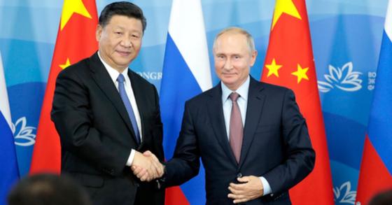 11일(현지시간) 러시아 블라디보스토크에서 열린 동방경제포럼 참석 차 러시아를 방문한 시진핑 중국 국가주석이 블라디미르 푸틴 러시아 대통령을 만나 악수하고 있다. [Ap=연합뉴스]