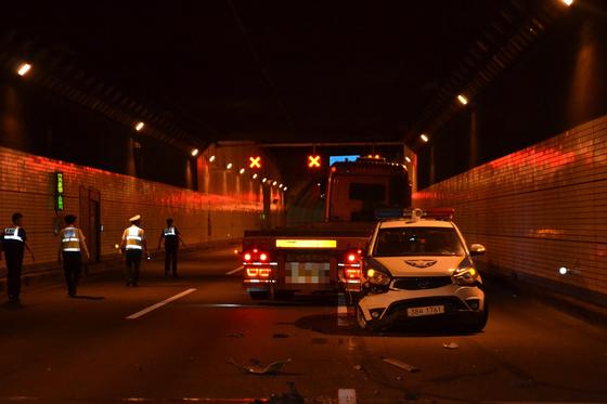 지난 11일 오전 4시쯤 부산 강서구 거가대교에서 25톤 트레일러가 출동한 경찰의 순찰차를 들이받고 멈춰섰다. [사진 부산경찰청]