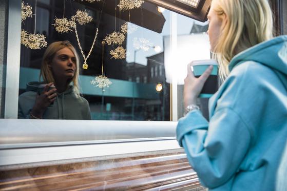 오드리 헵번의 영화 '티파니에서 아침을' 장면을 패러디한 티파니의 새로운 광고 중. 이번 새 광고 모델인 엘르 패닝의 옷차림이 헵번과 달리 후드 티인 것에 주목해보시길. [사진 티파니]