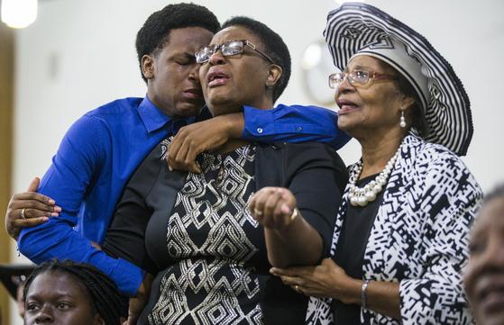 사망자 진의 가족들이 9일 댈러스에서 열린 추모예배에서 오열하고 있다. [AP=연합뉴스]