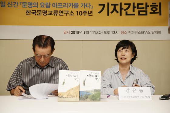 정수일 소장의 한국문명교류연구소는 올해가 설립 10주년이 되는 해다. 오른쪽은 연구소 강윤봉 상임이사. [사진 창비]