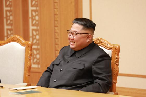 북한 김정은 국무위원장이 5일 북한 평양 노동당 본부청사에서 문재인 대통령의 특별사절단을 만나 환담하고 있다. 5인의 대북특사단은 평양에 11시간 40분을 체류하며 남북정상회담 일정·남북관계 진전·비핵화 방안 협의를 마치고 오후 서울공항을 통해 귀환했다. [사진=청와대 제공]