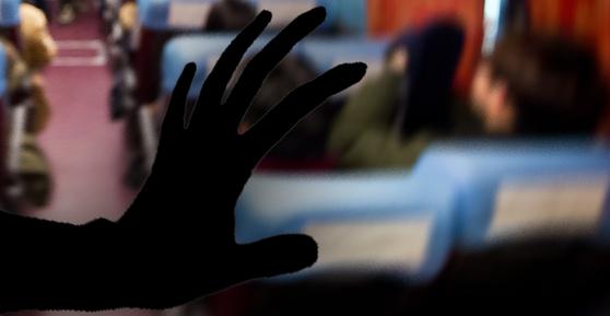 버스 안에서 여고생을 성추행한 혐의를 받은 50대 시인이 검찰에서 무혐의 처분을 받았다. [중앙포토·연합뉴스]