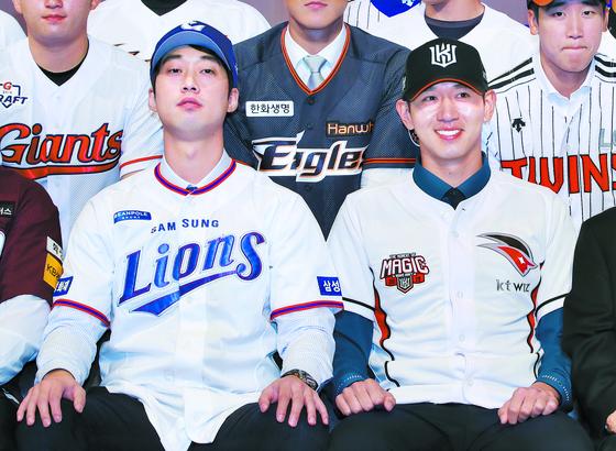 전체 1순위로 KT에 지명된 이대은(오른쪽)과 2순위로 삼성 유니폼을 입은 이학주. [연합뉴스]