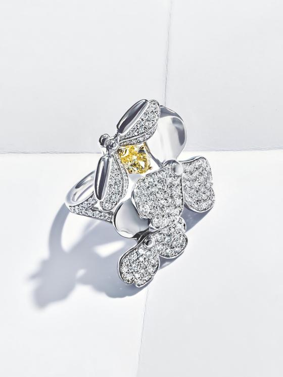 '페이퍼 플라워' 컬렉션 중 옐로 다이아몬드로 장식한 파이어 플라이 반지.