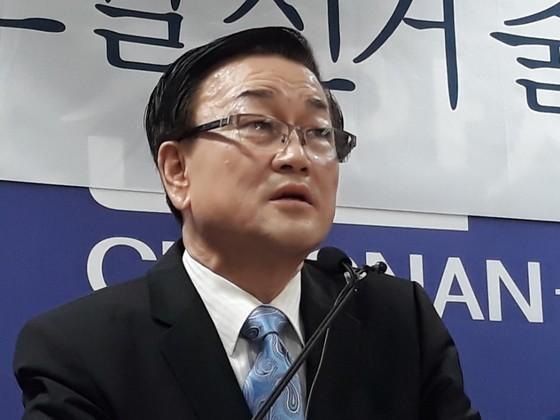 기자회견하는 윤일규 자문의 [연합뉴스]