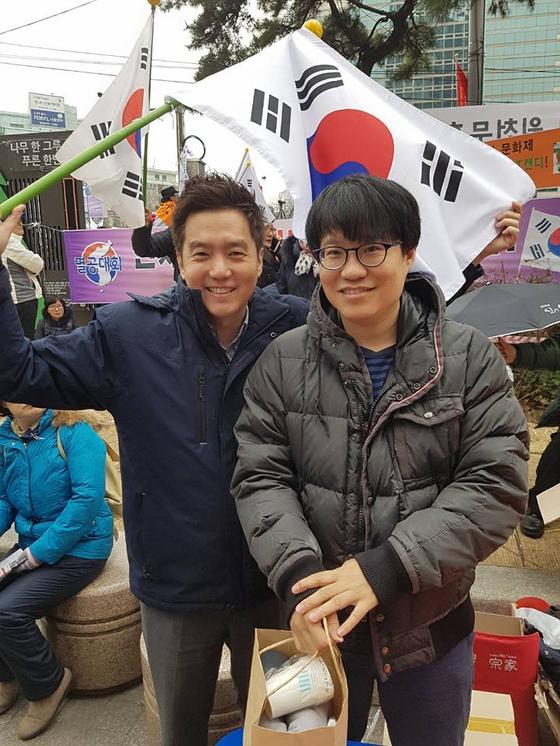 전 MBC 기자 김세의씨(왼쪽)와 만화가 윤서인씨. [사진 김세의씨 페이스북]