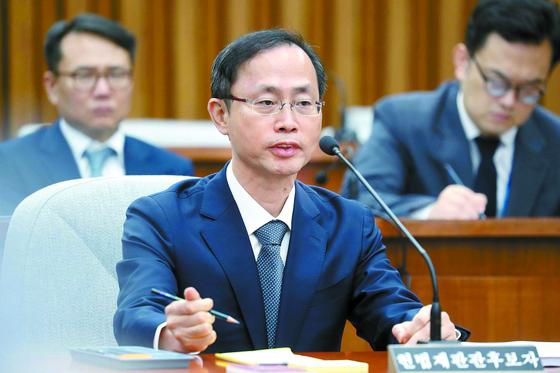 김기영 헌법재판관 후보자가 10일 오전 국회에서 열린 인사청문회에서 질의에 답하고 있다. [오종택 기자]