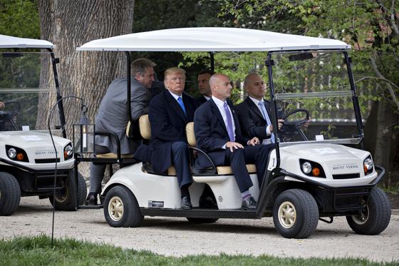 도널드 트럼프 미국 대통령도 카트를 이용하는 모습을 종종 볼 수 있다. 트럼프 대통령과 미국을 국빈 방문한 에마뉘엘 마크롱 프랑스 대통령이 지난 4월 23일(현지시간) 골프 카트를 타고 이동하고 있다. [EPA=연합뉴스]