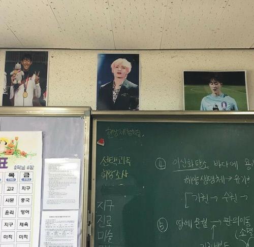 한 고등학교 교실에 아이돌그룹 BTS 뷔와 함께 손흥민, 이승우 사진이 나란히 걸린 모습. [온라인커뮤니티]