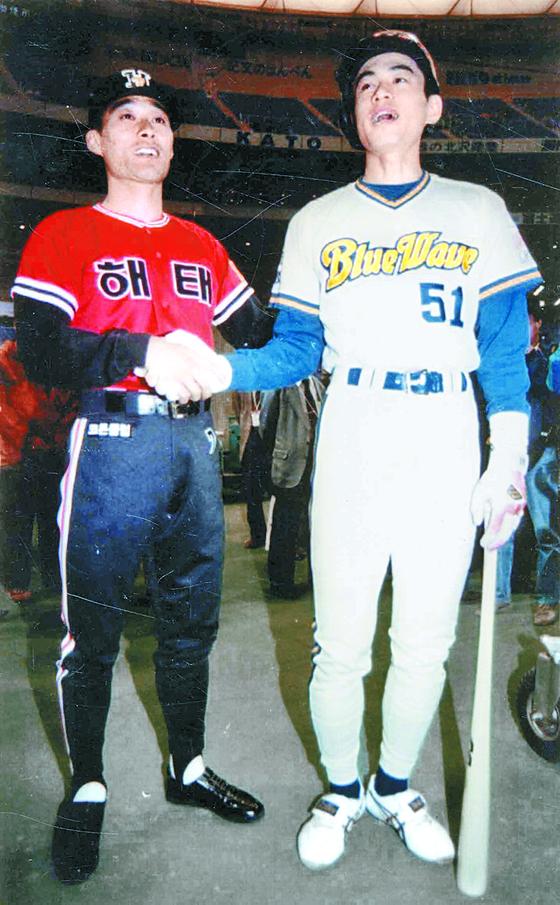 1995년 한·일 수퍼게임에서 만난 이종범(왼쪽)과 스즈키 이치로. 둘은 94년 나란히 타율 4할에 도전했을 만큼 야구천재로 통했다. [중앙포토]