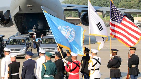 8월 1일 오후 경기도 평택시 오산공군기지에서 열린 6.25 전쟁 참전 미군 유해 송환식에서 유해들이 운구되고 있다. [뉴스1]