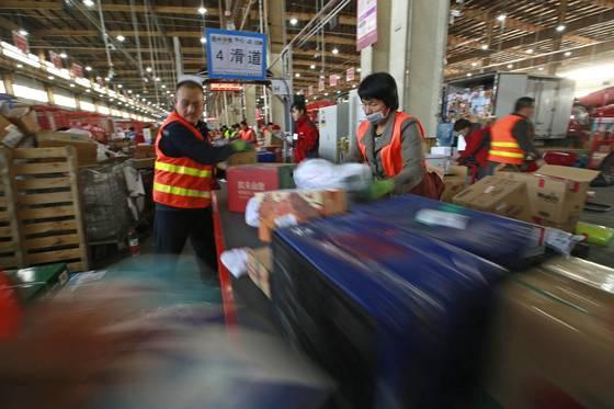 중국 베이징의 온라인 쇼핑몰 업체 직원들이 물품을 분류하고 있다. [EPA=연합뉴스]