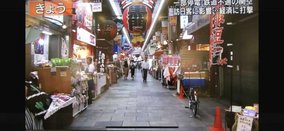 지난 10일 평소와 다르게 썰렁하게 비어있는 오사카의 명물 구로몬 시장.[TV아사히 화면 캡쳐]