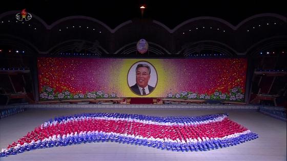 북한 조선중앙TV는 10일 김정은 국무위원장이 부인 리설주와 함께 전날 정권 수립 70주년을 맞아 평양 5·1 경기장에서 열린 집단체조 '빛나는 조국' 개막 공연을 관람했다고 보도했다. 사진은 집단체조 공연 장면. [조선중앙TV]