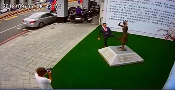 일본 우익인사 후지이 미쓰히코가 지난 6일 대만 타이난시에 세워진 위안부 소녀상 앞에서 발길질을 하고 있다. [셰룽제 위원 페이스북 캡처]