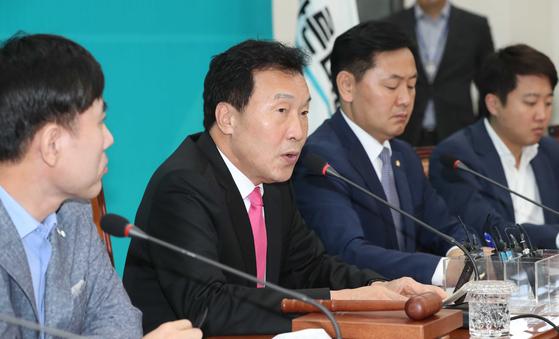 손학규 바른미래당 대표(왼쪽 두 번째)가 지난 7일 국회에서 열린 최고위원회의에 참석해 발언하고 있다. 오종택 기자