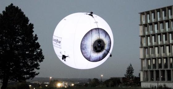 드론을 광고에 이용한 드론(Drone) 과 광고(Advertising)의 합성어 '드론버타이징' 대중의 이목을 끌기 쉽다는 장점이 있다. [사진 스위스 에어로테인]