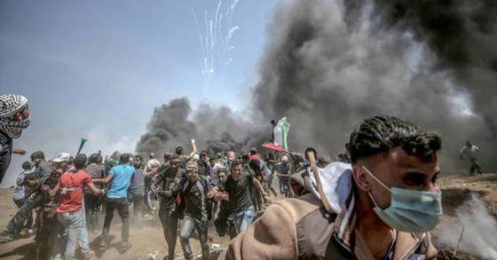5월 14일(현지시간) 이스라엘군이 미국 대사관의 예루살렘 이전에 항의하는 팔레스타인 시위대를 향해 실탄 사격을 했다. 이로 인해 수천명의 사상자가 발생했다. [EPA=연합뉴스]