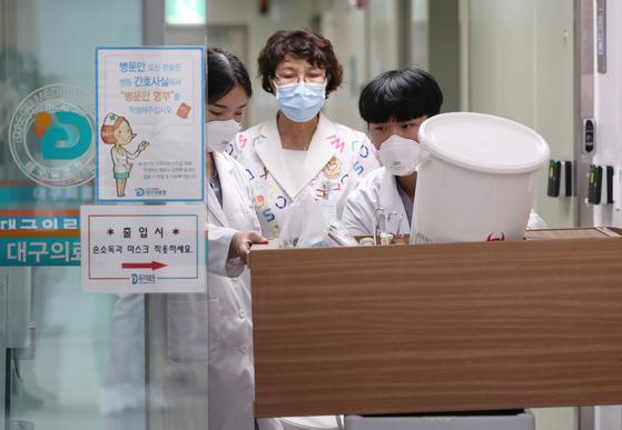 10일 대구의료원에서 감염관리센터 의료진이 메르스(MERS·중동호흡기증후군) 확산 등 위기상황에 대비하기 위해 음압병실을 점검하고 있다.[뉴스1]