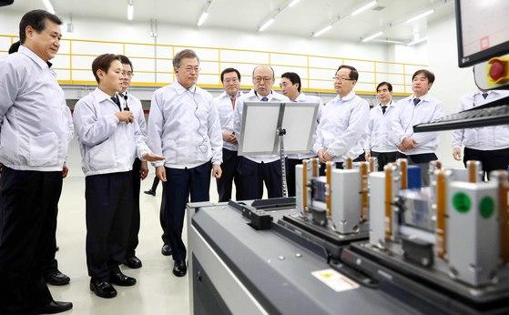문재인 대통령(가운데)은 지난 2월 충북 진천 한화큐셀코리아 생산시설을 방문해 일자리 창출 노력을 치하했다. [청와대사진기자단]