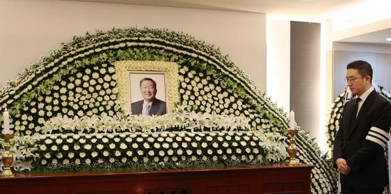 고(故) 구본무 LG 회장의 서울대병원 장례식장 빈소 사진. 오른쪽은 아들 구광모 LG전자 상무. [사진 LG]