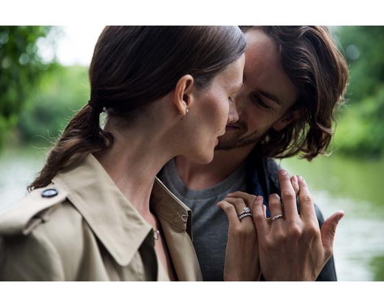 실제 커플들을 촬영한 '빌리브 인 러브' 광고 캠페인 중 한 장면.