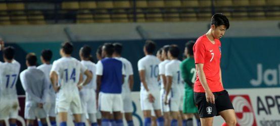 17일 오후 인도네시아 자와바랏주 반둥의 시 잘락 하루팟 스타디움에서 열린 2018 자카르타-팔렘방 아시안게임 축구 조별리그 E조 2차전 한국과 말레이시아의 경기. 1-2로 패한 대표팀 손흥민을 비롯한 선수들이 고개를 숙이고 있다.