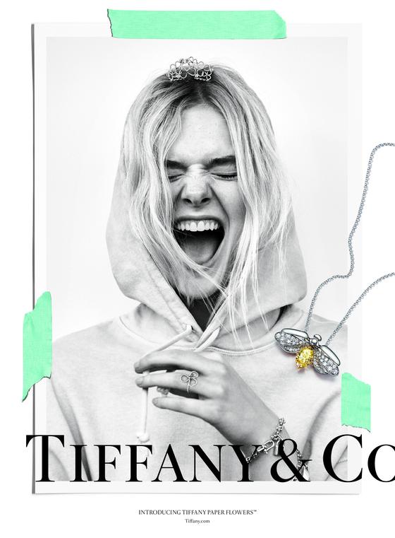 티파니가 올 가을 새롭게 출시한 '페이퍼 플라워' 컬렉션 광고 포스터. 플래티늄과 최상의 다이아몬드로 세팅된 고급 주얼리를 후드 티, 찢어진 청바지 등 젊은이들의 일상의 옷과 믹스 매치한다는 컨셉트가 초점이다.