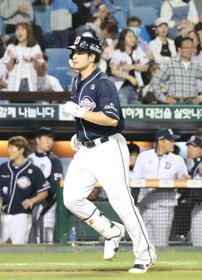 두산 김재환이 시즌 37, 38호 홈런을 연달아 터뜨렸다. 김재환은 1998년 타이론 우즈에 이어 20년 만의 잠실 홈런왕에 도전하고 있다. [뉴스1]
